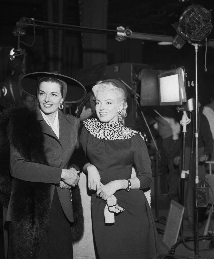 Marilyn Monroe & Jane Russell take a break on the set of Gentlemen Prefer Blondes (1952)