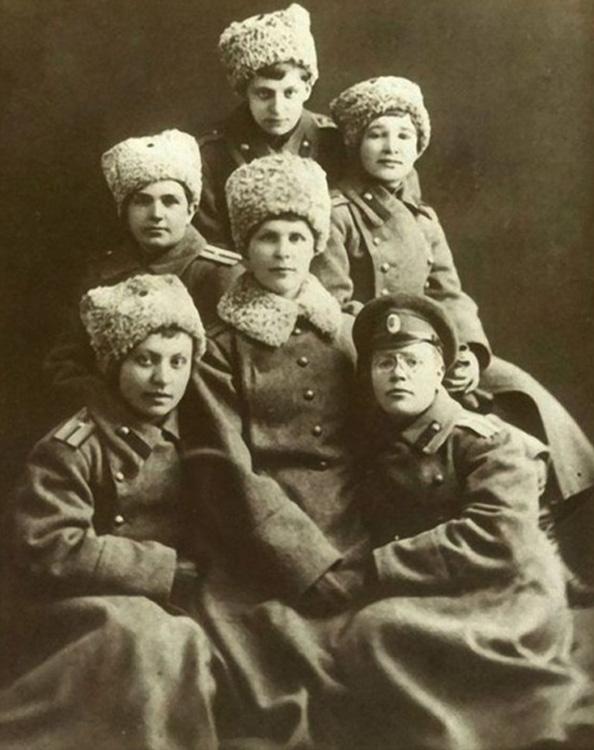 Vmv-Девушки-прапорщики-1917-г..jpg