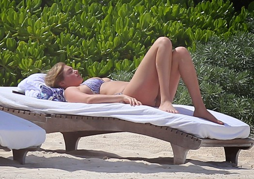 Кейт Аптон в бикини отдыхает на мексиканском пляже