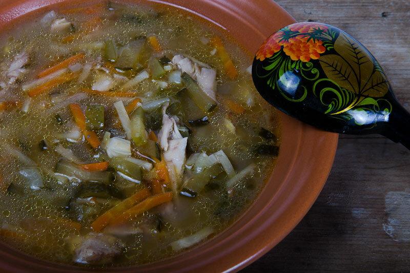 Считается, что куриный суп придумали именно на руси: в бедных семьях курица со всеми потрохами была и закуской, и первым, и вторым блюдом.