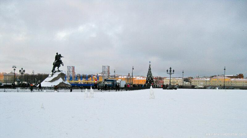 Встреча проводилась на площади Декабристов, она же Сенатская площадь, прямо перед памятником Петру Первому.