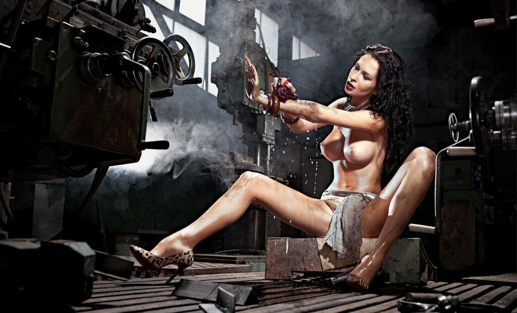 видео голые на заводе ноги