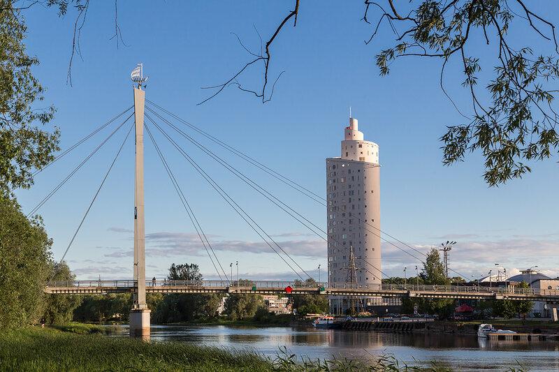 Пешеходный мост и небоскреб в Тарту