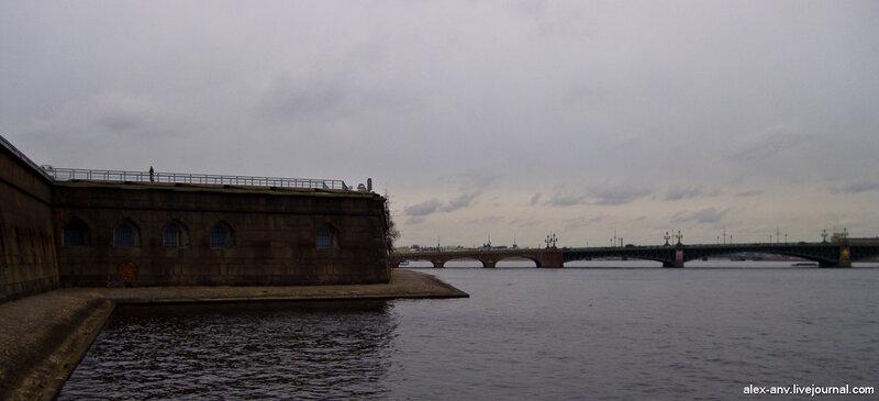 Петропавловская крепость. За Комендантской пристанью стены крепости почти сразу обрываются в Неву.