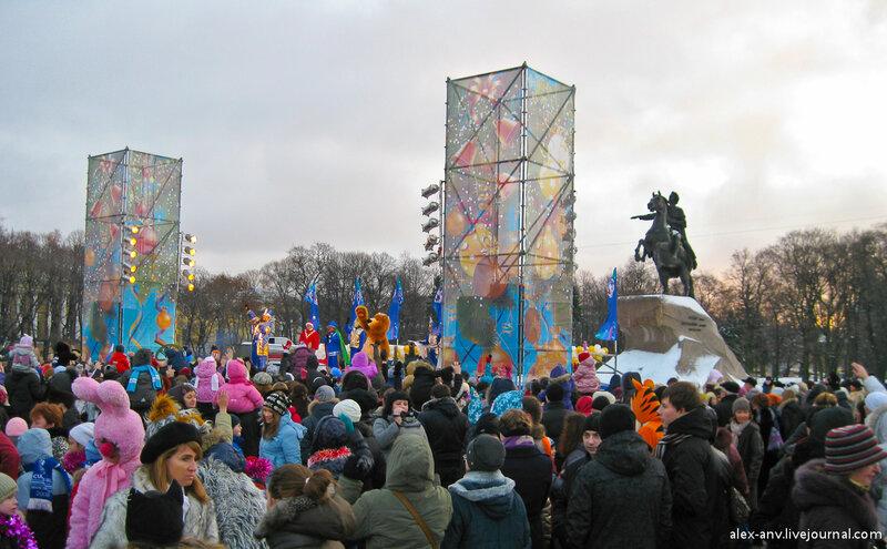 На сцене колоритный ведущий с помощниками разогревали толпу в ожидании Деда Мороза.