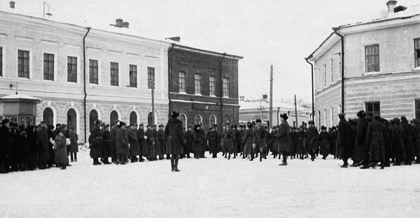 Смотр возле городской Думы зима 1918-1919 600.jpg