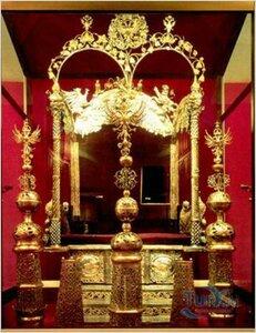 Это Трон царей-соправителей Ивана Алексеевича и Петра Алексеевича, который сейчас находится в Оружейной палате...