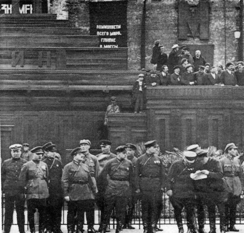 Москва, Красная пл. Ленин на 2-м (деревянном) мавзолее Ленина. 1927-29 гг.