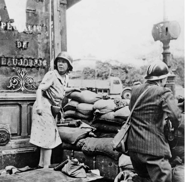 Неизвестный автор. Баррикады на улицах Парижа. Французы сражаются оружием, отобранным у немцев. 1944.jpg