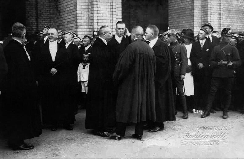 Преподаватели и студенты Альбертины ожидают Гинденбурга 1919.jpg