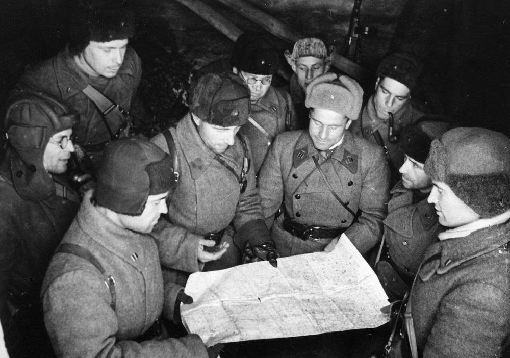 Командир 4-й танковой бригады генерал-майор М.Е. Катуков с офицерами у карты.jpeg
