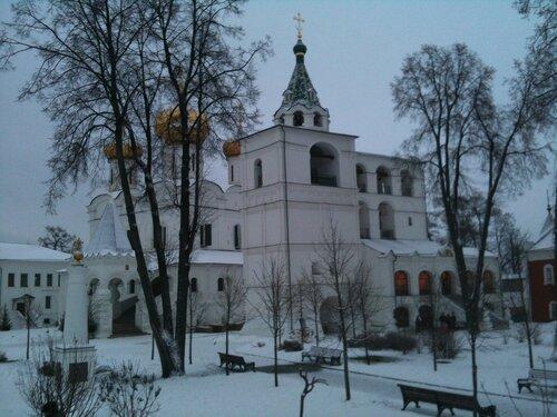 Во дворе Ипатьевского монастыря (со ступень палат бояр Романовых)