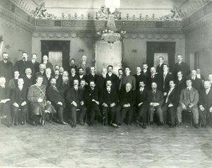 Группа акционеров и сотрудников завода.