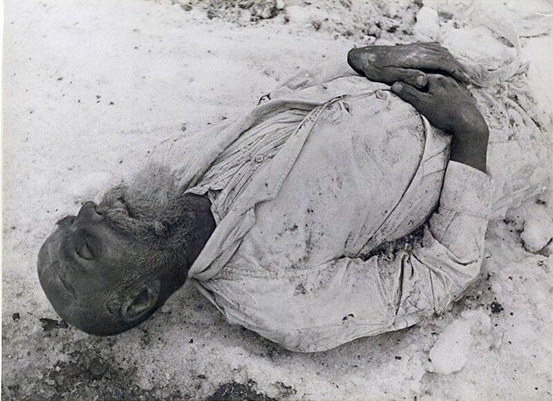 Фото С.Н. Струнникова: Убитый при немецком обстреле горожанин.