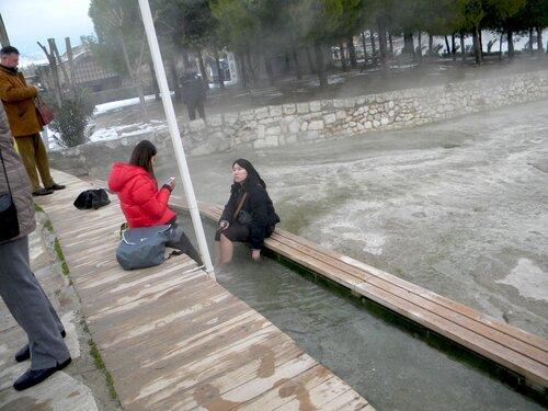 Девушки в Памуккале зимой*