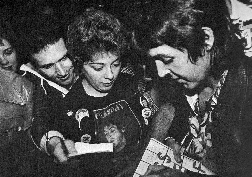 Signing autographs, 1976