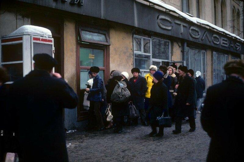 35489 Очередь за горячими пончиками.  Ул. Горького 1970-е.jpg