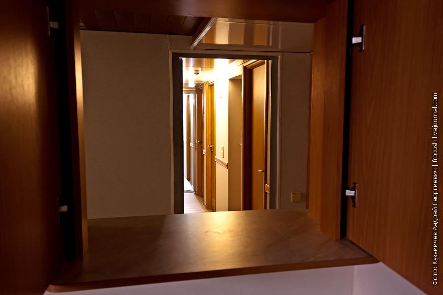 Вид из камбуза на кают-компанию и коридор нижней палубы