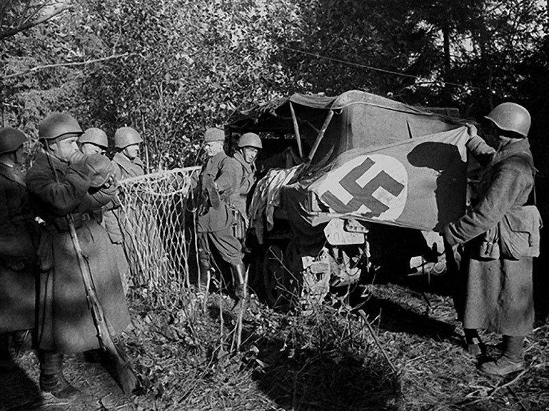 20 Захваченная штабная машина. В ней находились знамя, дамское белье, гамак, часы настольные, штабные документы. 1942 г..jpg