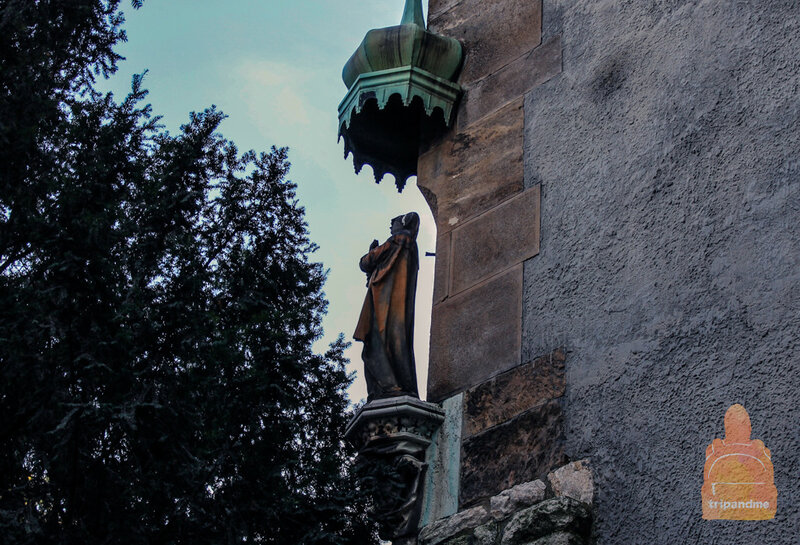 Стены замка кажутся старыми, но это лишь видимость