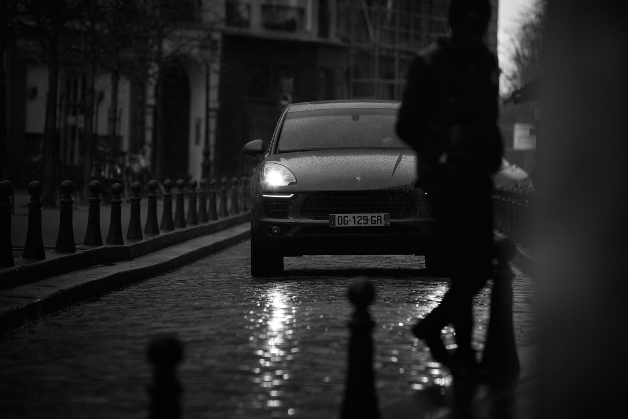Chyorno-belaya-avtomobilnaya-istoriya-v-Parizhe-20-foto