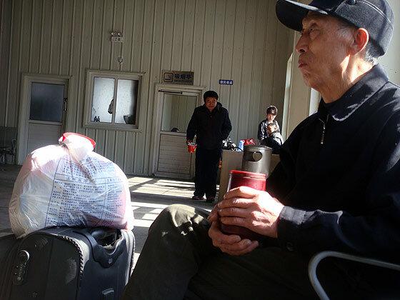 Китайский старичок в легкой одежде