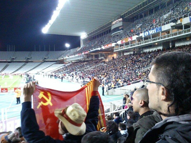 Советский флаг на трибуне стадиона в Каталонии