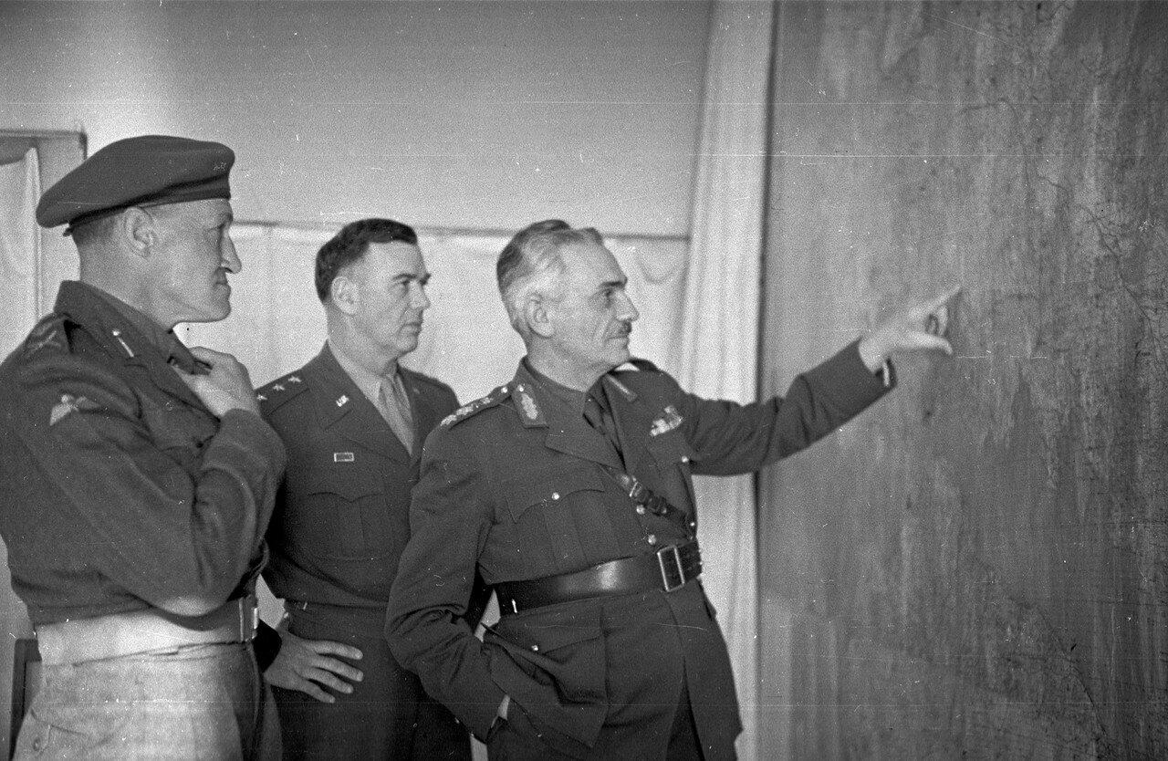 1948. Греческий командующий, генерал Вантзис с американским генералом Ван Флитом (в центре) и британским лейтенантом (слева). Интерес западных держав в греческом конфликте был, главным образом, связан с ликвидацией плацдарма коммунистических сил в Греции