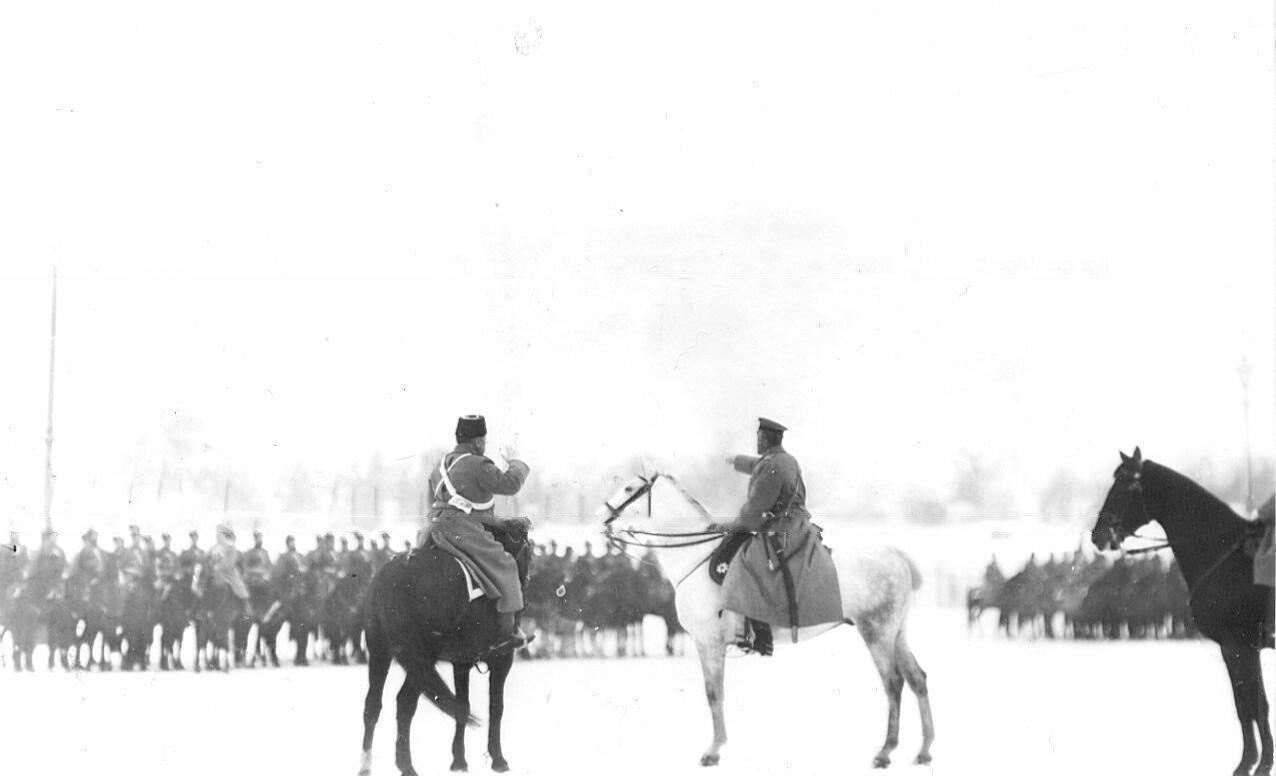 17. Новобранцы проходят строем мимо императора Николая II