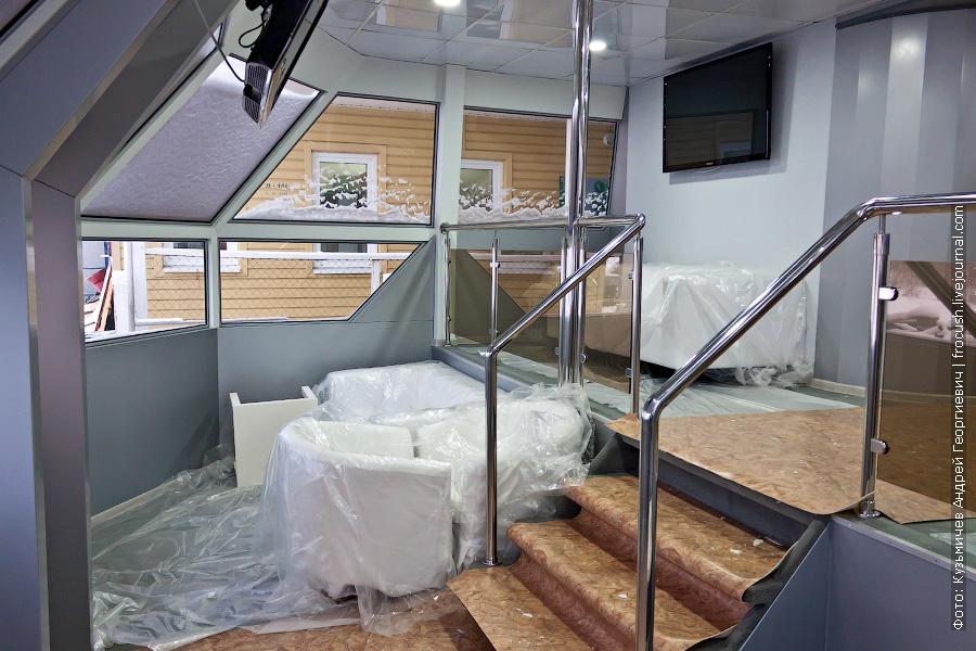 салон-вестибюль на средней палубе «Суры»