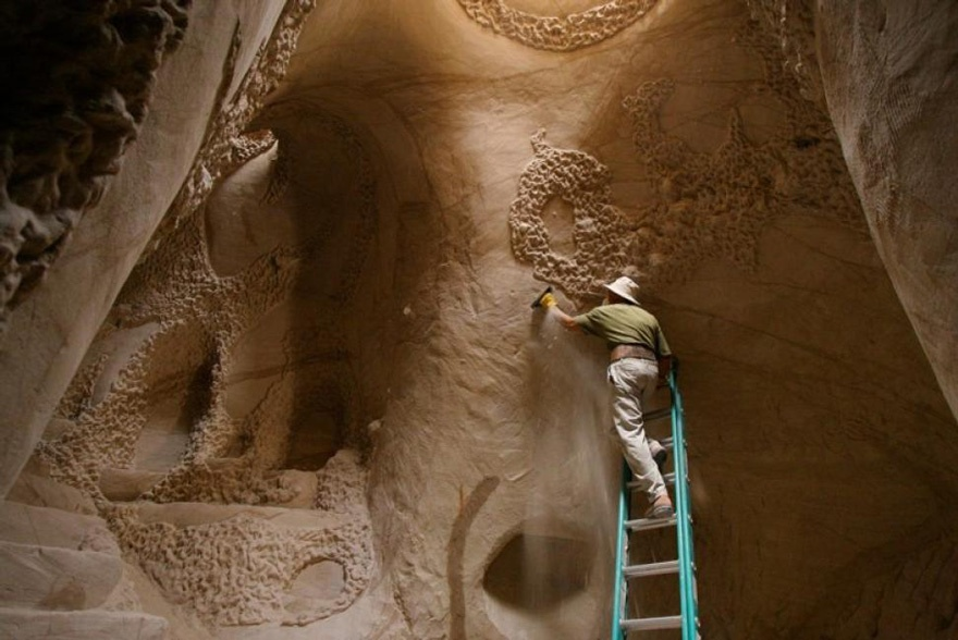 25лет вполном одиночестве онсоздавал подземный сказочный мир