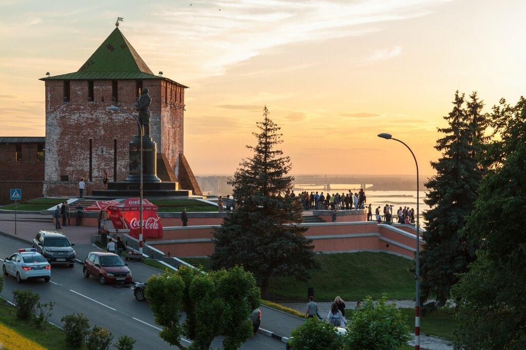 Памятник Чкалову и Георгиевская башня кремля, Нижний Новгород