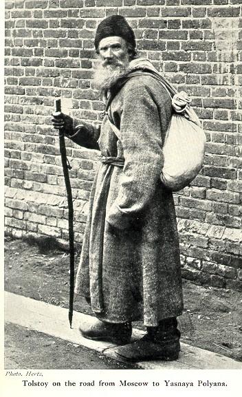 Граф Лев Толстой идёт в образе странника  по дороге из Москвы в Ясную Поляну.