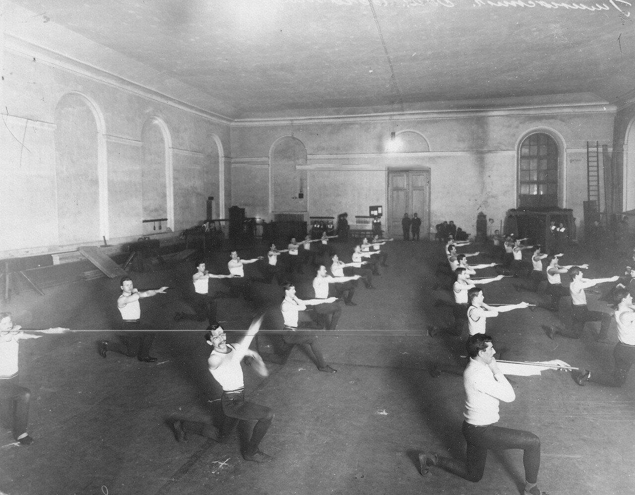 17. Члены Общества телесного воспитания Богатырь выполняют гимнастические упражнения. 1911