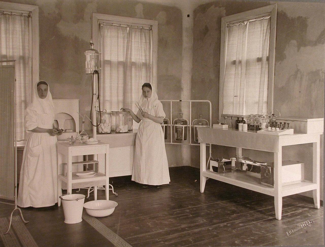 22. Сестры милосердия в амбулаторном кабинете больницы на Успенском острове