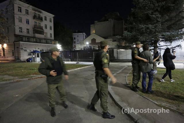 Ночью в Киеве атаковали посольство РФ: по стенами зажигали файеры и салюты. ФОТОрепортаж