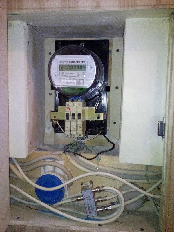 Сомнительный способ фиксации кабелей в квартирном электрощите