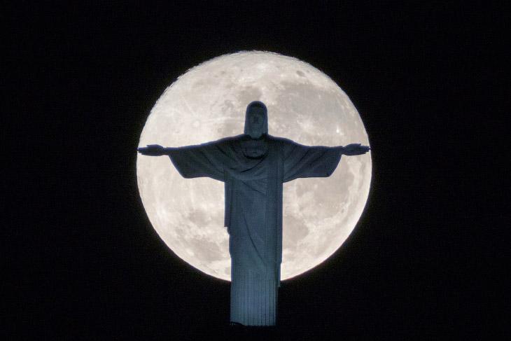 2. Полнолуние на Олимпиаде-2016 в районе Копакабана города Рио-де-Жанейро, 17 августа 2016. (Фото Br