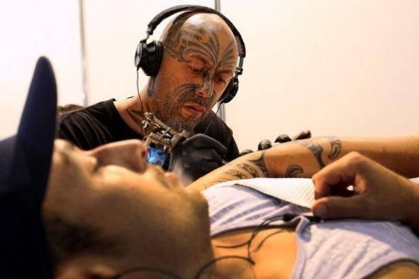 Несколько лет назад Регина Дуган из Google показала татуировку, наклеенную на ее руку, которую можно