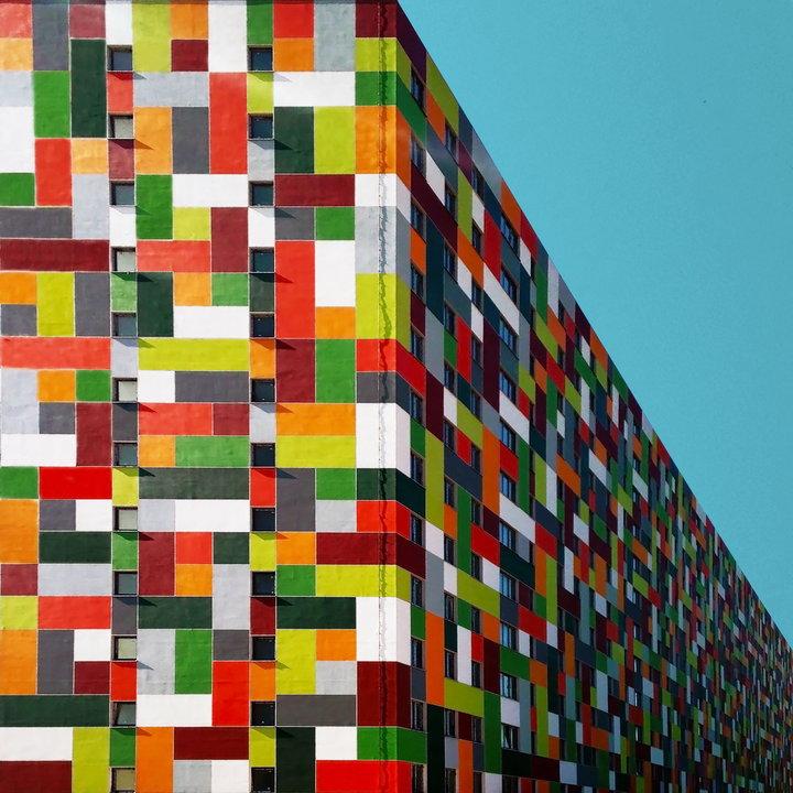 «Меня зовут Йенер, и я пристрастился к симметрии». Офисное здание в районе Бейкоз. (Фото: Yener Toru