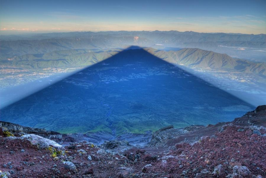 12. Тень горы Фудзияма длиной 24 км, Япония