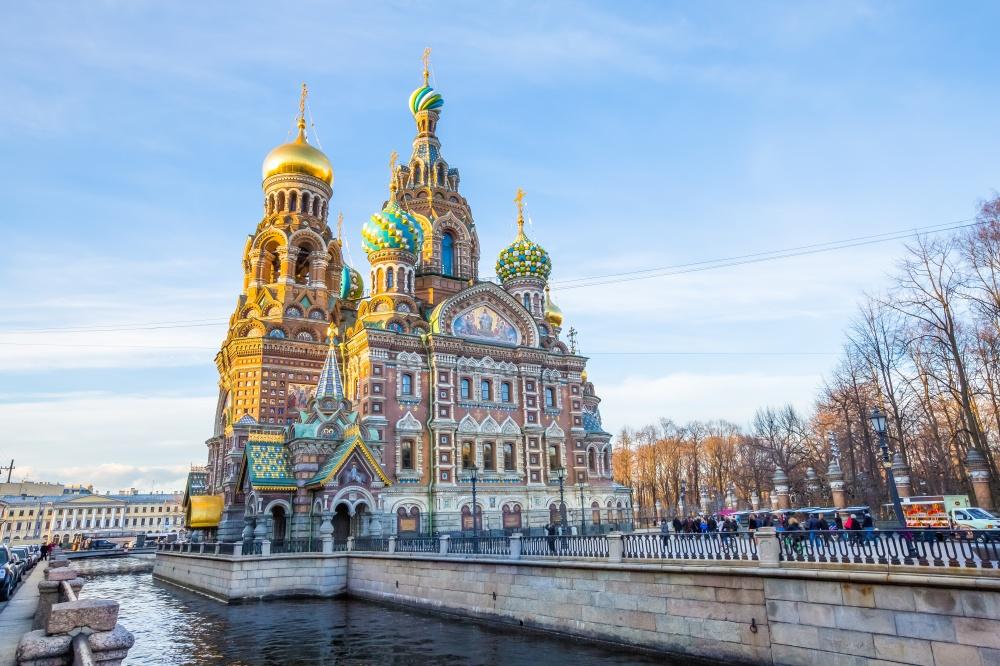 Храм Спаса-на-Крови немного напоминает московский собор Василия Блаженного ипостроен вчесть импера
