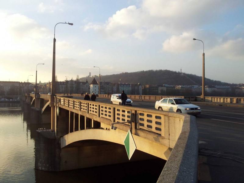 Возведенный уже в XX веке, Йирасков мост (чешск. Jiraskuv most) позволяет переместиться из Смихова в
