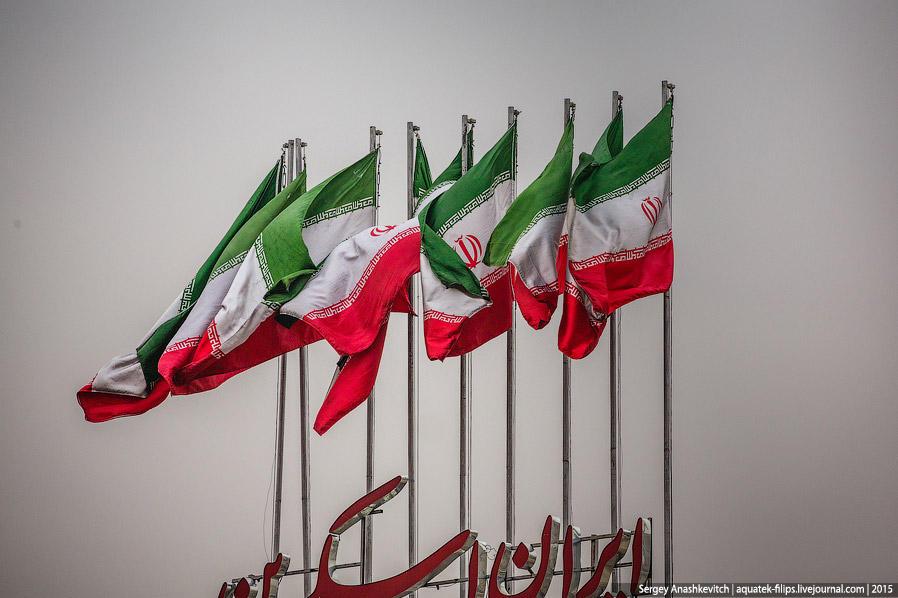 21. Вся страна увешана национальными флагами. Зелёный цвет на флаге олицетворяет плодородие, порядок
