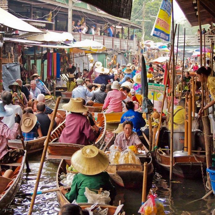 Одними из постоянных посетителей плавучих рынков являются оптовые покупатели. Они быстро забирают у