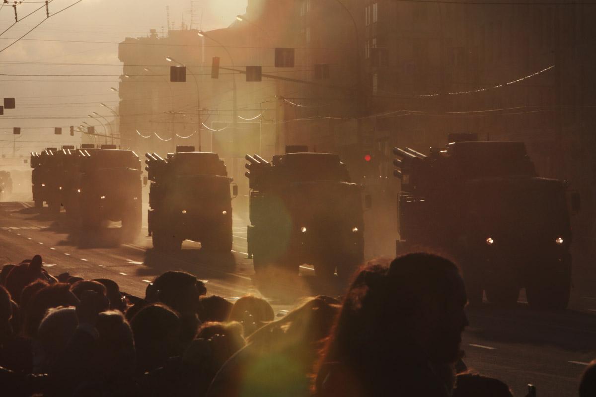 Зенитный ракетно-пушечный комплекс «Панцирь-С1» в закатном свете угрожающе прекрасен.