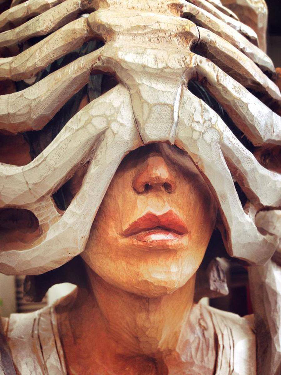 Йошитоши Канемаки 42 года, большую часть жизни он занимается творчеством. Скульптуры делает из камфо