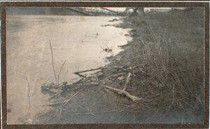 Вид поломанного и брошенного на берегу реки Сан оружия.