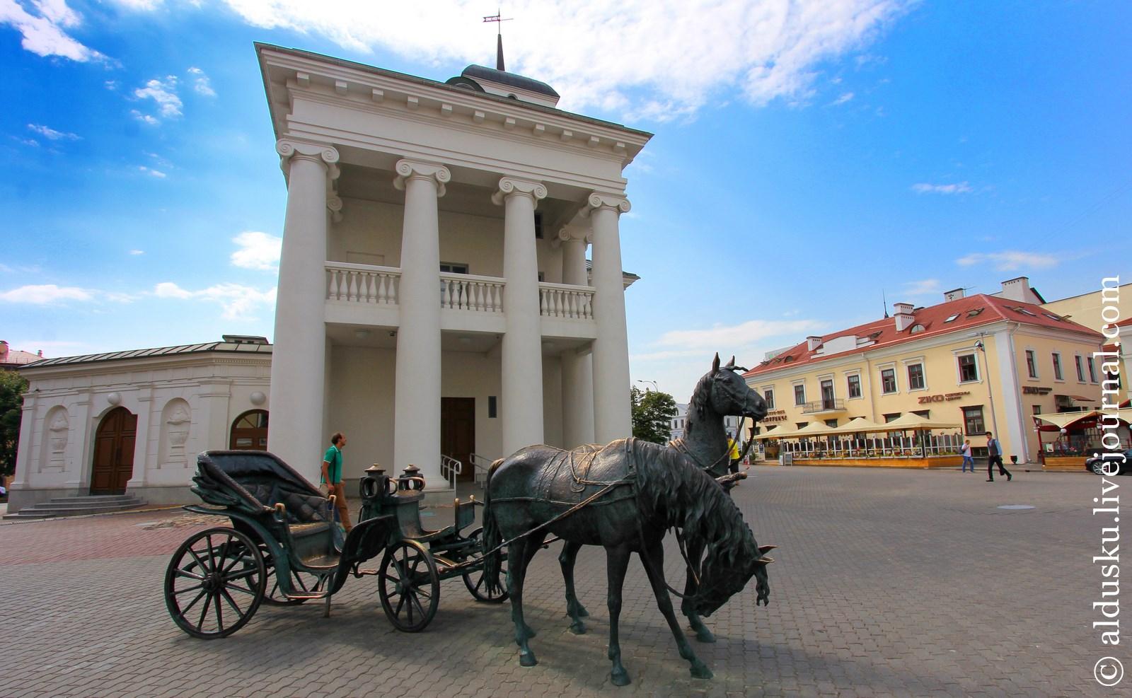 «Экипаж» (2004) — карета губернатора Корнеева перед зданием Ратуши. Работа Жбанова Владимир Иванович (1954–)