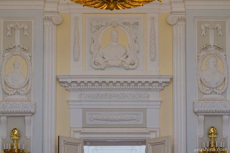 Барельефы на стенах, Петровский путевой дворец